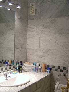 en suite (full marble)