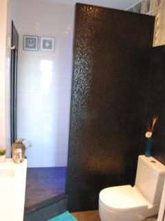 BATHROOM WITH WALK-IN SHOWER+SINK+BIDET+WC+WINDOW&FAN