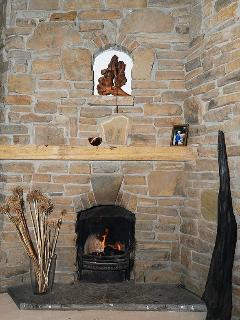 The main open fire in the living toom. Guests can burn turf, peat briquettes and wood.