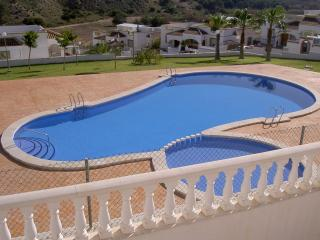 Lovely south facing villa, overlooking pool, AC & Fibre Optic Tv/Internet.