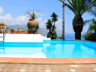 PANORAMIC APARTMENT with pool and view, Taormina