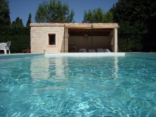 La piscine est exposée plein sud, le soleil la chauffe toute la journée.