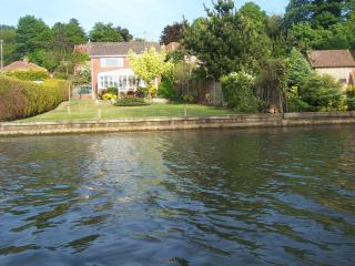 Kareela - Riverside Holiday Rental, Wroxham