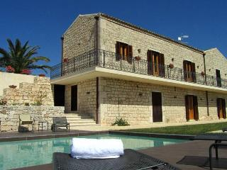 Very large family villa, Modica, pool and jacuzzi