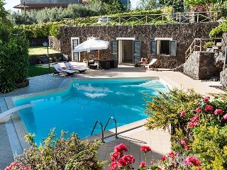 Charming  house with pool, Catania