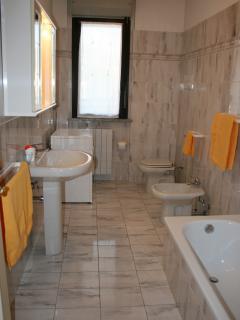 Bagno con vasca e lavatrice/asciugatrice