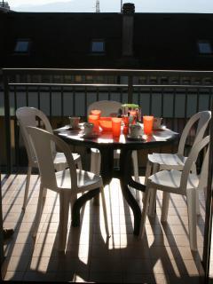Tavolo e sedie sul balcone coperto della zona giorno