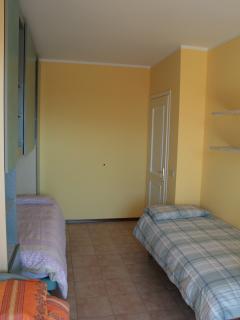 Camera con tre letti singoli e scrivania