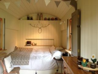 Our cosy,comfy romantic retreat for 2, with views of the hills & beautiful Peak District