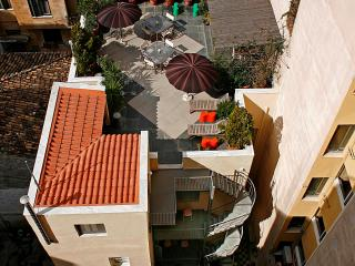 5 b'room house next to Plaka. Rooftop garden.WiFi., Atenas