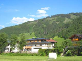 Residenz Lenny -sunny Garden, great View, in the Center of Kaprun