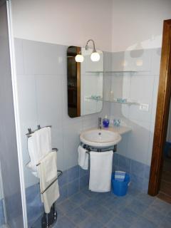 bagno con lavandino