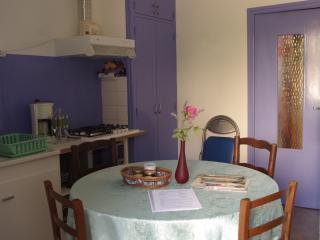 la cuisine claire entièrement rénovée