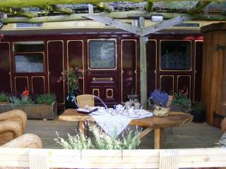 Stylish Showman's carriage, views to Bodiam Castle, Ewhurst Green
