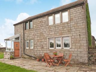 KNOWLE LODGE, all ground floor, woodburning stove, feature beams, WiFi, patio with furniture, Ref 30965, Cragg Vale