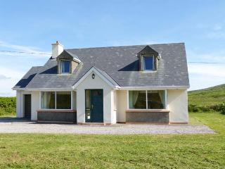 BROOKSIDE HOUSE, en-suite facilities, open fire, garden with furniture, stunning views, Ref 914748, Waterville