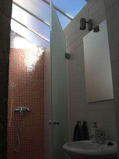 Bathroom with shower glass ceilings for an amazing morning shower full of energy!
