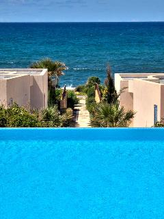 Infinity pool with sea views - just a few metres from the sea!