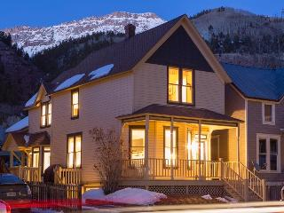 A modern classic - Private deck and hot tub, heart of Telluride - Caskey Home