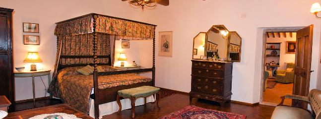 The bedroom, Il Fecino with antique English four-poster