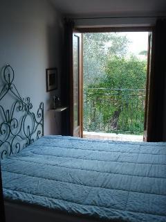 Camera matrimoniale con vista su giardino privato e natura circostante