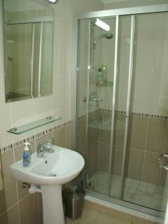 Two bathrooms (1 en-suite), full size shower cabinet, & power showers. Blue decor in 2nd bathroo