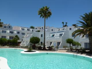 Pool view Atalaya Apartment with free wifi & UK TV, central Puerto del Carmen