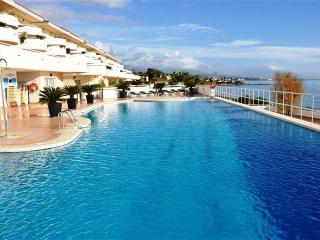 Beautiful swimmingpool and relaxing area