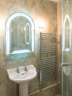 Modern en suite bathroom with shower