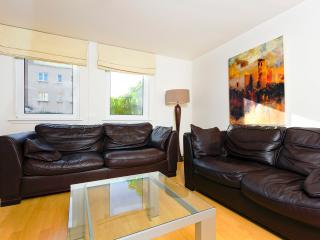 Close to Holyrood with parking, Edimburgo