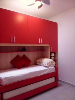 Twin single bedroom with ceiling fan