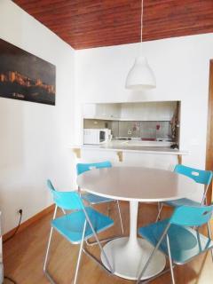 Mesa de comedor con 4 sillas y 2 taburetes