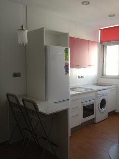 Cocina: lavadora, horno, vitrocerámica, frigorífico, hervidor de agua, tostador y demás menaje