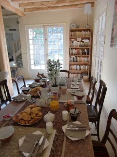 Produits frais, jus de fruits, viennoiseries et boissons chaudes en self service, Villa Magnolia