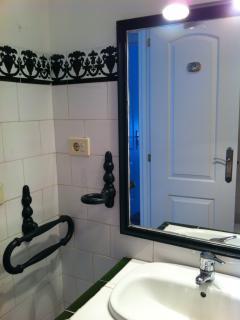 Detalle del cuarto de baño..con secador de pelo y bañera...