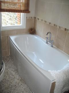 Bath with view of the sea! separate power shower (Twin en suite)