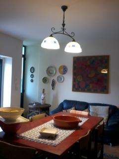 sala-cucina accogliente ed arredata con vecchie maioliche salentine