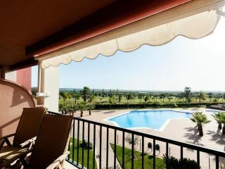 2 Bed Apartment - golf/pool with WIFI