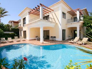 Villa Nore, Luxury villa 4 bedrooms,  4 bathrooms, Wi-Fi, A/C, close to beach.