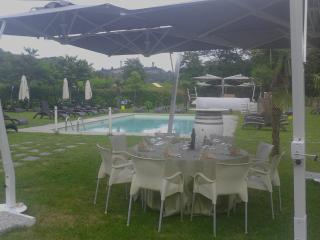 Tavoli bordo piscina per pranzi o cene al fresco