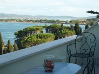 Sea side apartment with beautiful view of cove, 3 balconies, sleeps 5, Porto Santo Stefano