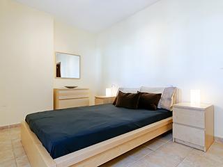 Dormitorio principal con baño en suite con bañera y ducha.