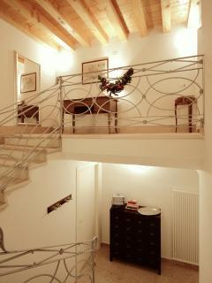 scala interna - vista ingresso e appartamento al piano primo.