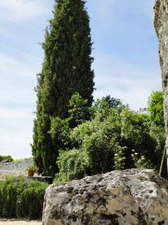 Towards the swimming pool - admire the local rock of the Quercy Blanc (White Quercy)!