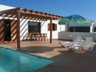 Villa Citrus Lanzarote private pool (heating optional = L60) off road parking