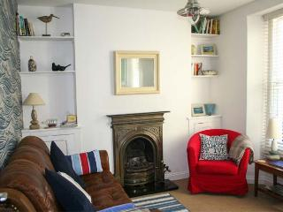 3 BELLE COTTAGE, WiFi, king-size zip/link double bed, decked courtyard with furniture, Ref 28912, Kingsbridge