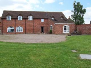 HUNTERS MOON, en-suite facilities, woodburning stove, WiFi, enclosed garden, Tenbury Wells