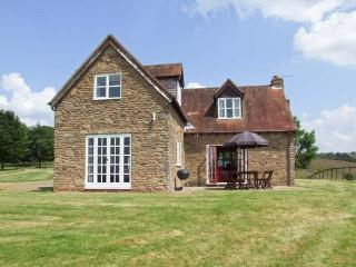 HOLLYWELL COTTAGE, woodburning stove, WiFi, enclosed patio with furniture, Ref 912205, Tenbury Wells