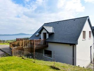 HILLTOP APARTMENT, pet-friendly apartment with sea views, deck, WiFi, Kilcrohane