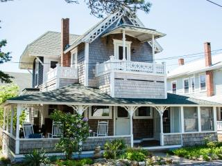 Updated & elegant w/ WATERVIEW, 1 block from beach, Oak Bluffs